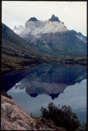 [I corni del Paine si rispecchiano nel Lago Pehoé]