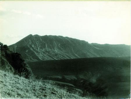 Nemrut Dagi. Grande colata lavica nel cratere del vulcano. Sullo sfondo l'orlo della grande spaccatura craterica