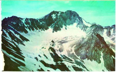 [Shaneh Kouth, Alam Kuh, Siah Kaman, Mian se Chal. Veduta delle cime da sinistra a destra. Sullo sfondo la cima del Mian se Chal a destra e il ghiacciaio di Alam Kuh sulla sinistra]