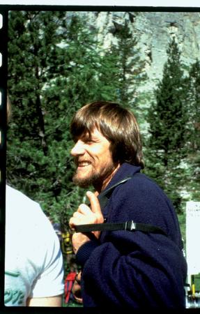 [Riprese varie: ritratti di Siegfrid Messner e tracciati di ascensione su pareti rocciose]