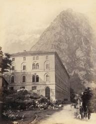 [Terme di Valdieri. L'edificio principale con il Monte Matto sullo sfondo]