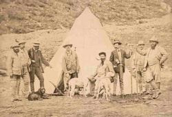[Vittorio Emanuele II con il suo seguito davanti alla tenda di caccia nell'accampamento di Orvieille]