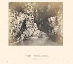 Grotte rochers et nappe d'eau