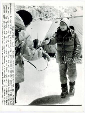[AP Wirephoto, ritratto di Junko Tabei al termine della spedizione giapponese femminile sul Monte Everest]