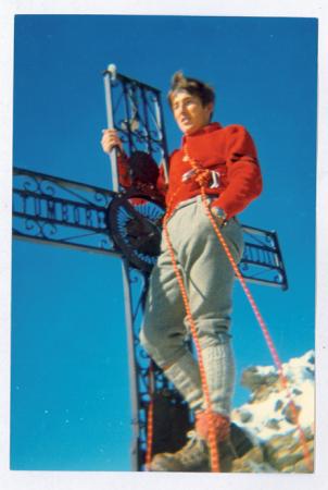 [Ritratto di alpinista presso la croce di vetta del Cervino]