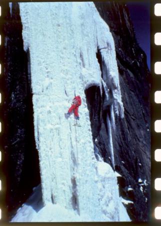 [Riprese varie di cascate di ghiaccio e alpinismo su ghiaccio]