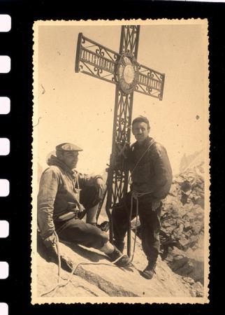 [Cervino: ritratti di alpinisti in vetta e ritratto di Carrellino e il figlio Antonio Carrel]