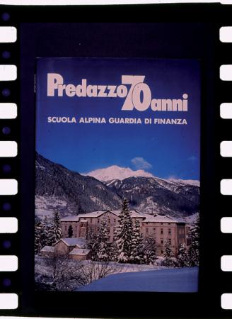 [Riproduzioni di copertina e pagine di libro, gli stemmi del Centro addestramento alpino Carabinieri e della Scuola alpina Guardia di Finanza di Predazzo]