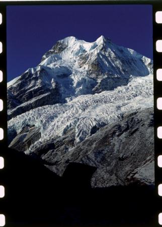 [Spedizione all'Himalaya: riprese varie delle cime montuose, villaggi, popolazioni locali, allevamenti]