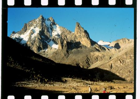 """[Riprese varie: Mount Kenya e riproduzione di """"Illustrazione del popolo""""]"""