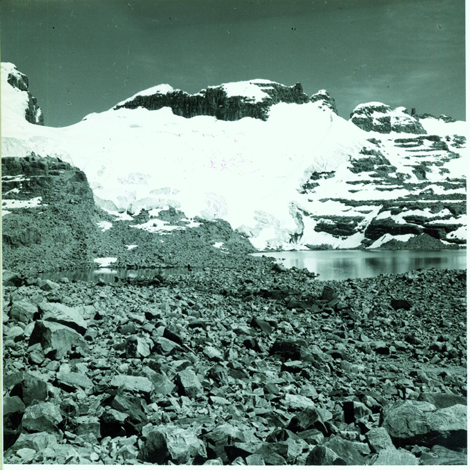 Veduta di piccole cime tra il Nevado Los Portales e il Pico Pulpito dal Lago de la Sierra