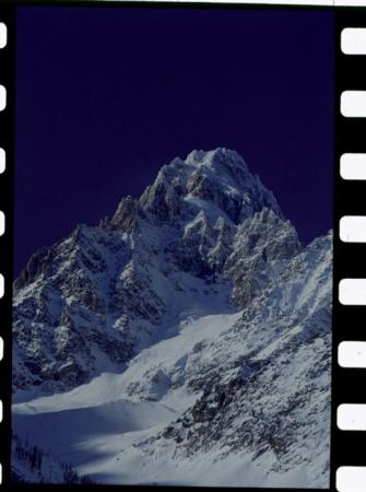 [Riprese varie di cime montuose nel massiccio del Monte Bianco e centro abitato]