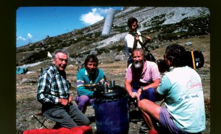 [Nanga Parbat: alpinisti durante le riprese e tracce di rifiuti abbandonati]