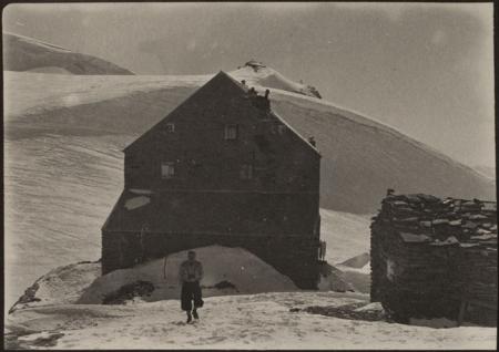 [Riprese varie del rifugio Teodulo a Cervinia e della famiglia Ravelli sugli sci]
