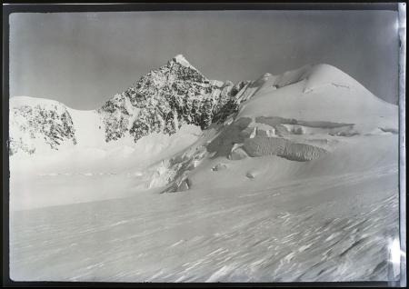 [Riprese varie di borghi della Val d'Ayas con la famiglia Ravelli e della Val di Susa]
