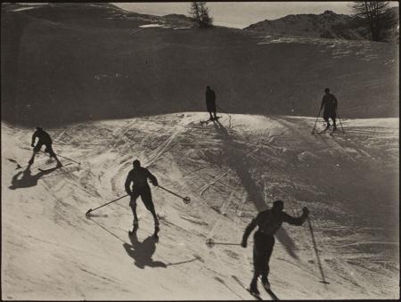 [Gruppo di sciatori in pista]