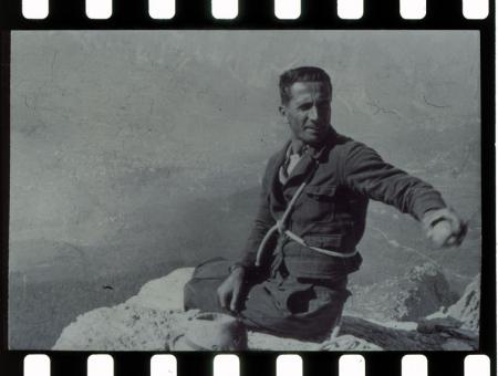 Dino Buzzati nel 1950 sulla Croda da Lago. Dino Buzzati a Milano
