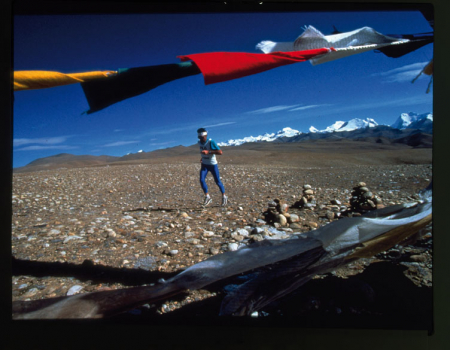 """Marino Giacometti, """"padre"""" dello skyrunning e grande maratoneta, in azione in Tibet tra i 4300 e i 4500 metri"""
