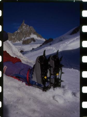 [Riprese varie di attrezzatura per arrampicata su ghiaccio]