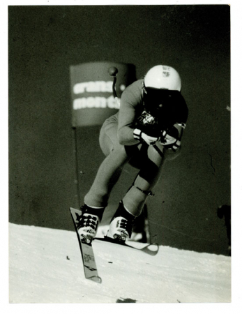 [Riprese varie di sciatori durante competizioni di sci di discesa]