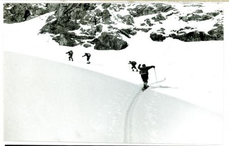 [Riprese varie di scialpinismo e sci fuoripista, discesa dal Fraiteve a Sestriere]