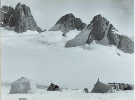 [Henry Leon Bjoerg dal ghiacciaio Haabets Gletscher. Spedizione svizzera]