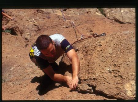 [Riprese varie di arrampicata tra cui falesie e vie lunghe; arrampicata in Marocco, sulle Dolomiti (Sasso Pordoi) e in Valchiavenna (via Nirvana Verticale)]
