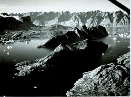 [Hall Bredning. Veduta aerea da sotto Bjorne Öer verso la costa sud est del Renland, al di sotto del Ö Fjord]