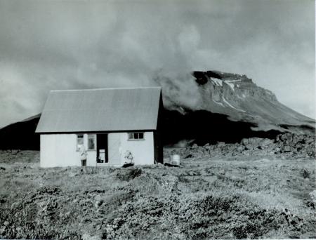 Il Rifugio Herdubreidarlindir, sullo sfondo del vulcano spento Herdubreid m. 1681