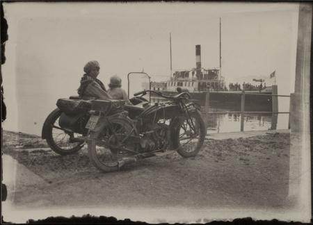 [Maria Fino su sidecar sul lago Maggiore, maggio 1930]