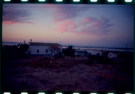 [Riprese varie di paesaggi e spiagge a Formentera e Porquerolles, persone in bicicletta]