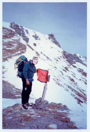 [Riprese varie di escursionismo con le racchette da neve: traversata nelle valli occitane]