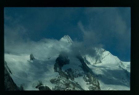 [Riprese varie di ghiacciai e vette delle Alpi degli Alti Tauri; flora e fauna alpine, castello di Döllach, comunità locale in abiti tipici]