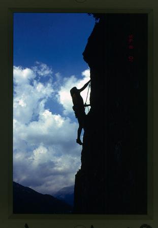 [Riprese varie di arrampicata tra cui diverse falesie in Ciociaria: Picinisco, Colli, Supino, Sora, Gole del Melfa (Regalo di Natale, Hollywood). Ciro Ruggiero mentre arrampica e nel suo studio]