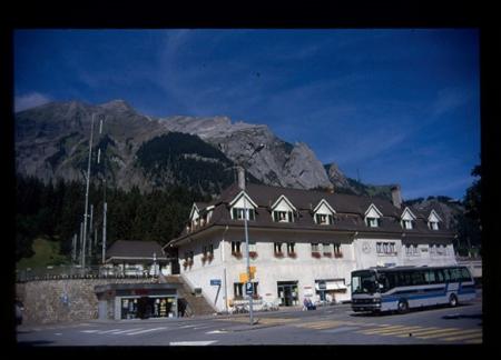 [Il Sentiero dell'Orso: escursionismo in Oberland. Paesaggi, architetture e vedute dell'itinerario]