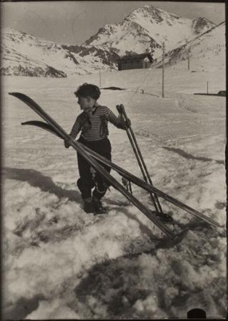 [Leonardo Ravelli sugli sci, sullo sfondo la Rognosa di Sestrière]