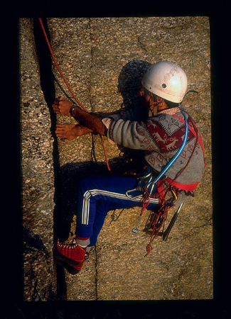 [Riprese varie di arrampicatori tra cui Jacky Godoffe su pareti rocciose]