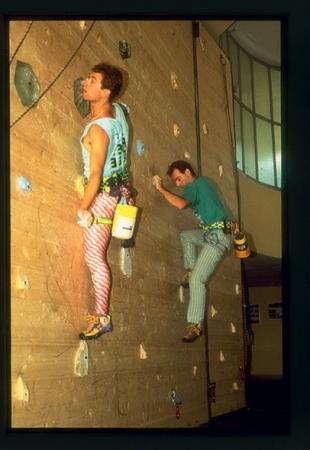 [Riprese varie di arrampicata in palestra a Tradate, Edimburgo, Briançon; arrampicata urbana]