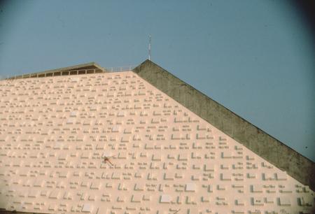 [Riprese varie di arrampicata e parkour in Brasile. Pareti rocciose, paesaggi, cattedrale di Brasilia di Niemeyer]
