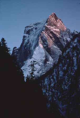 [Riprese varie di paesaggi della Val Bregaglia tra cui Pizzo Badile, diga Albigna, gruppo di Sciora, cascate Acqua Fragia, Bondo, Passo Maloja, Borgonovo]