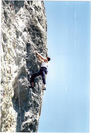 [Riprese varie di arrampicata su parete e in palestra; Cuneo/Golf Juan in bicicletta]