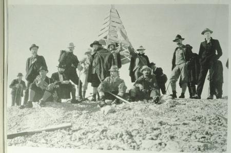 [Foto storiche con ritratti di alpinisti e guide alpine di inizio secolo. Gian Carlo Grassi al Col Maudit e su Ipercouloir (?)]