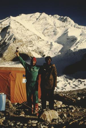 [Riprese varie di spedizione extraeuropea non identificata: campo base, alpinisti, portatori d'alta quota]