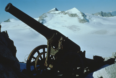 [Riprese varie dei luoghi degli scontri durante la Guerra Bianca 1915-1918 sull'Adamello. Resti di munizioni e fortificazioni]