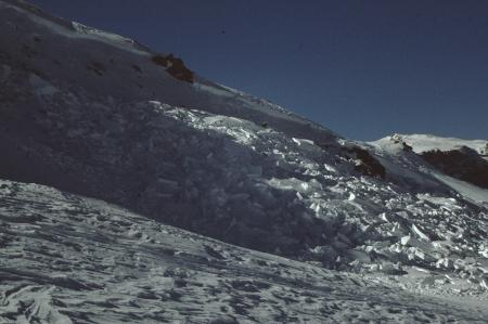 Tempo di neve, pericolo di valanghe [Riprese varie di valanghe: neve, sciatore, alpini al lavoro sul controllo del manto nevoso, apparecchi tecnici per ritrovamento di persone travolte, alpini durante missione di soccorso]