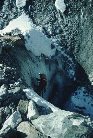 [Alpinisti dentro a crepacci di ghiaccio sotto al Monte Bianco]