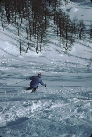 [Riprese varie di sciatori in località non identificate]