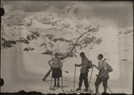[Scialpinisti con il Cervino sullo sfondo]
