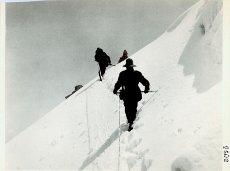 Gli alpinisti della spedizione del 1906, scalano la Punta Alessandra. Nello stesso giorno raggiungeranno anche la Punta Margherita