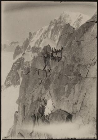 [Convegno di alpinisti sulle rocce d'Envers des Aiguilles, sullo sfondo il Monte Bianco, 1920]